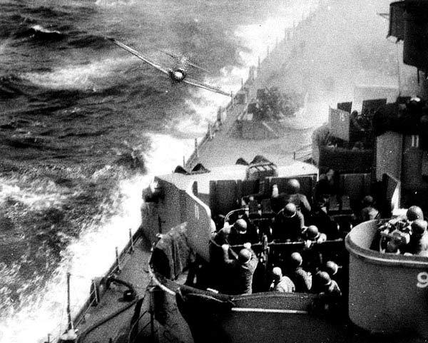 الكاميكاز Kamikaze-about-to-hit-USS-M